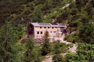 Il rifugio Flaiuban Pacherini in un'immagine estiva
